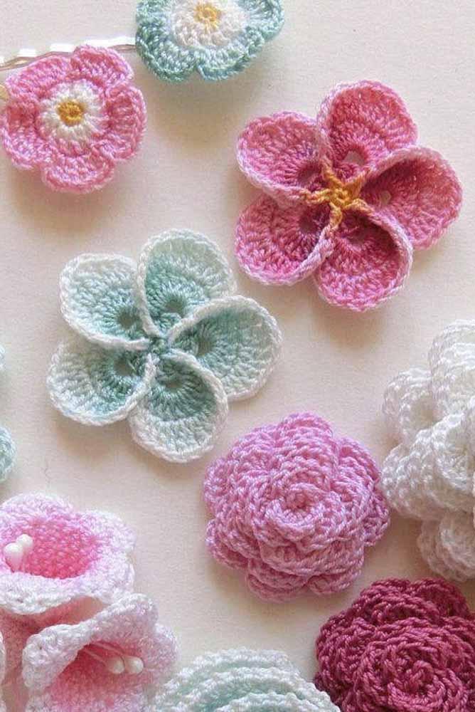 Em outra técnica: as flores também podem ser criadas a partir de uma agulha e barbante, em uma trama de crochê
