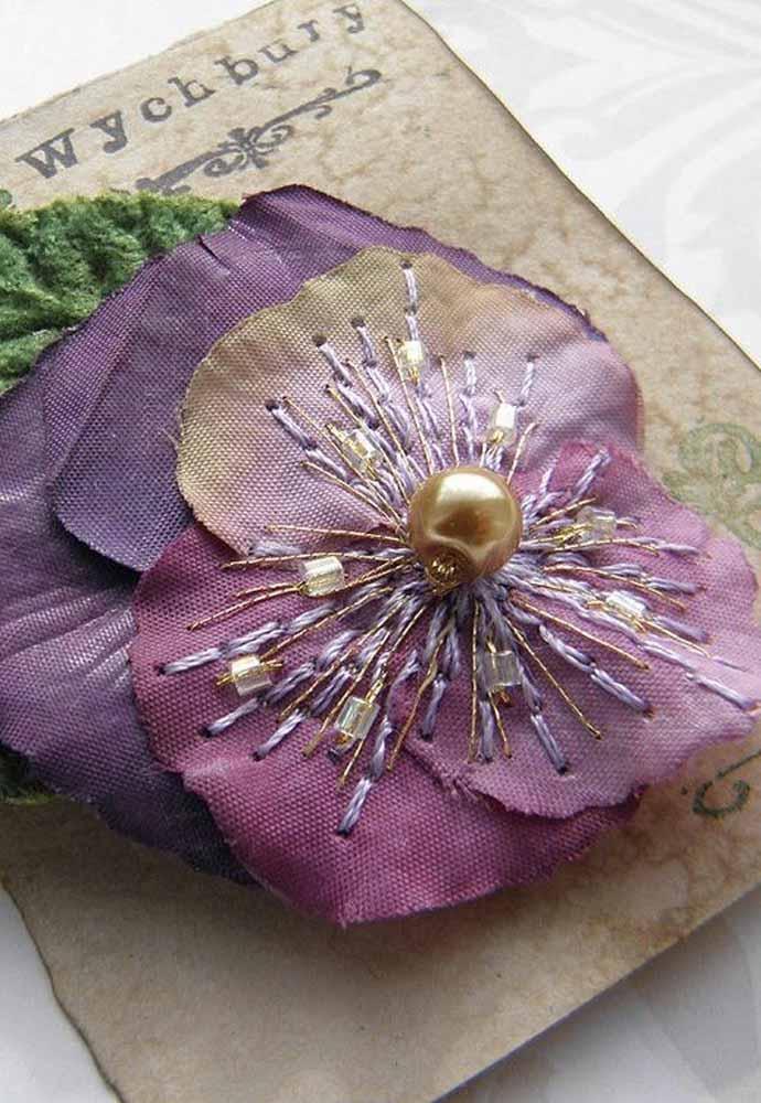 Além do tecido, faça aplicação de pedrarias e bordados nas suas flores!