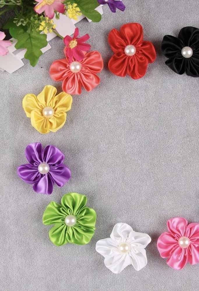 Um jardim de flores multicoloridas em fuxico de cetim