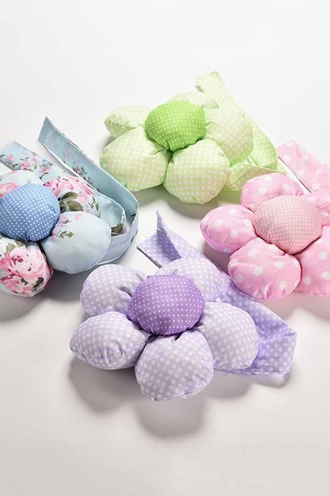 As flores de tecido com enchimento ficam ótimas para decorar quarto de crianças e bebês