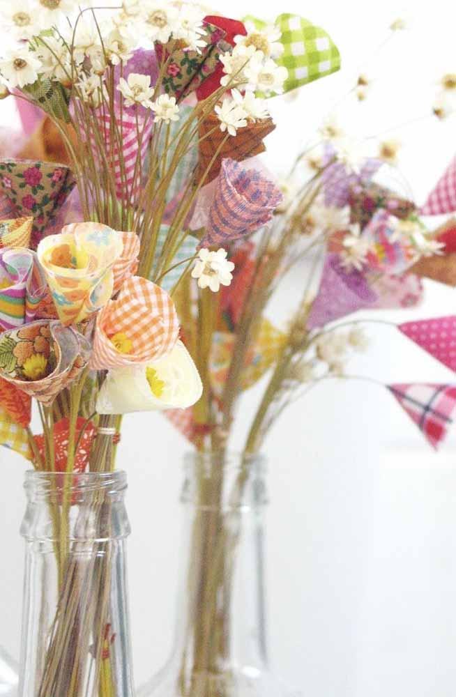 Misture as flores de tecido com outras flores artificiais e dê mais diversidade para o seu arranjo!