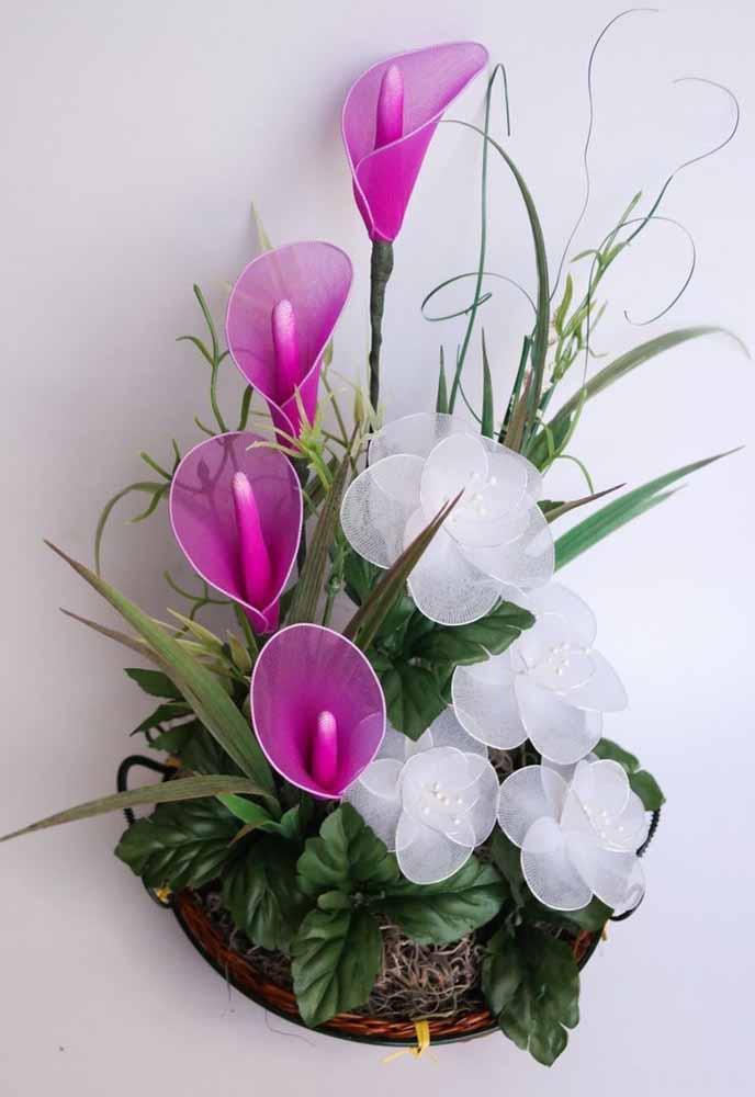 Use arames, malhas e outros tecidos elásticos para formar as pétalas destas flores e completar seus arranjos