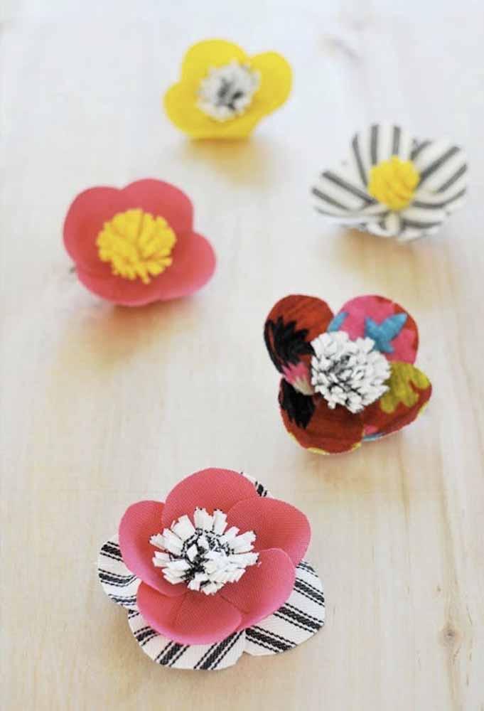 Use tecidos mais firmes para fazer estas flores super fofas com mini-pompons como miolo