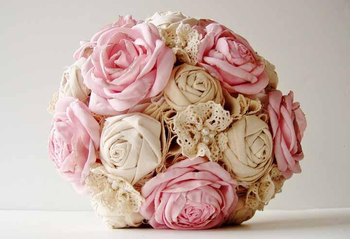 Esfera-flor em tecido: uma ideia para usar na decoração de casa