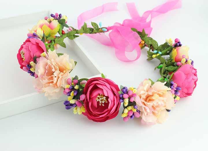 Outra coroa de flores de tecido: utilize core vivas e diferentes tipos de flores