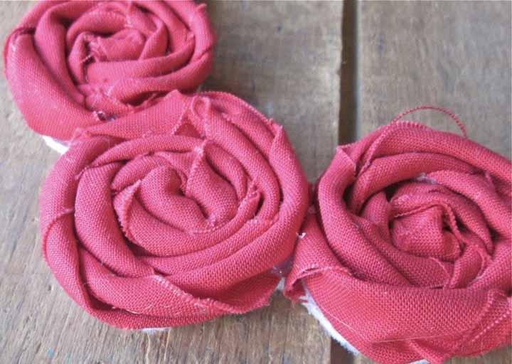 Mais uma ideia de flor com tira de tecido enrolado para praticar em diversas cores