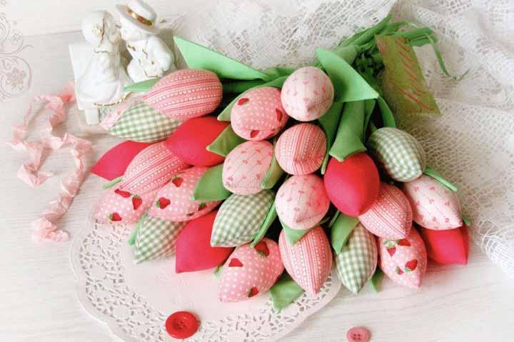 Inspire-se nas flores com enchimento e crie estes botões de rosa, quase prontos para desabrocharem