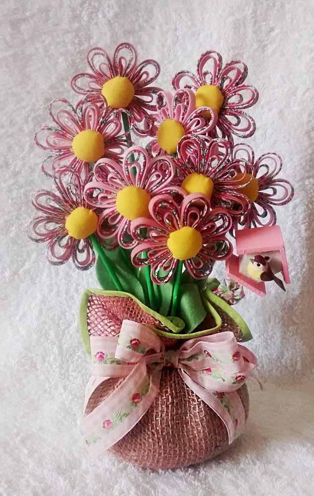 Você também pode criar lindas flores com tirinhas de tecido e botões revestidos para decorar sua casa com arranjos