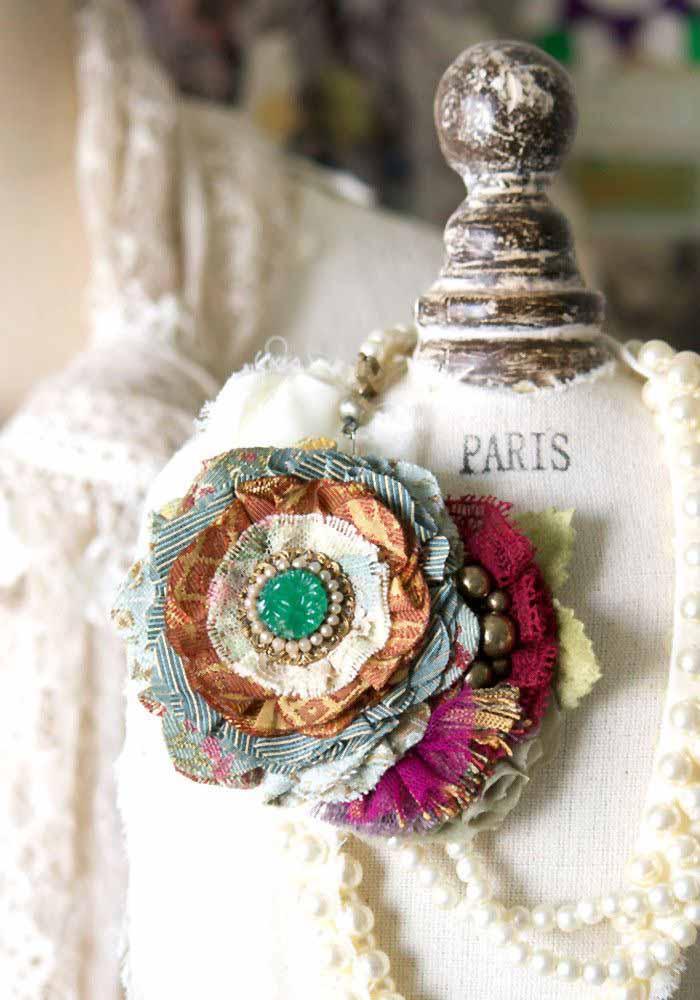 Use também retalhos de tecidos em cores e padrões diferentes para criar estas flores e aplicá-las nos seus colares