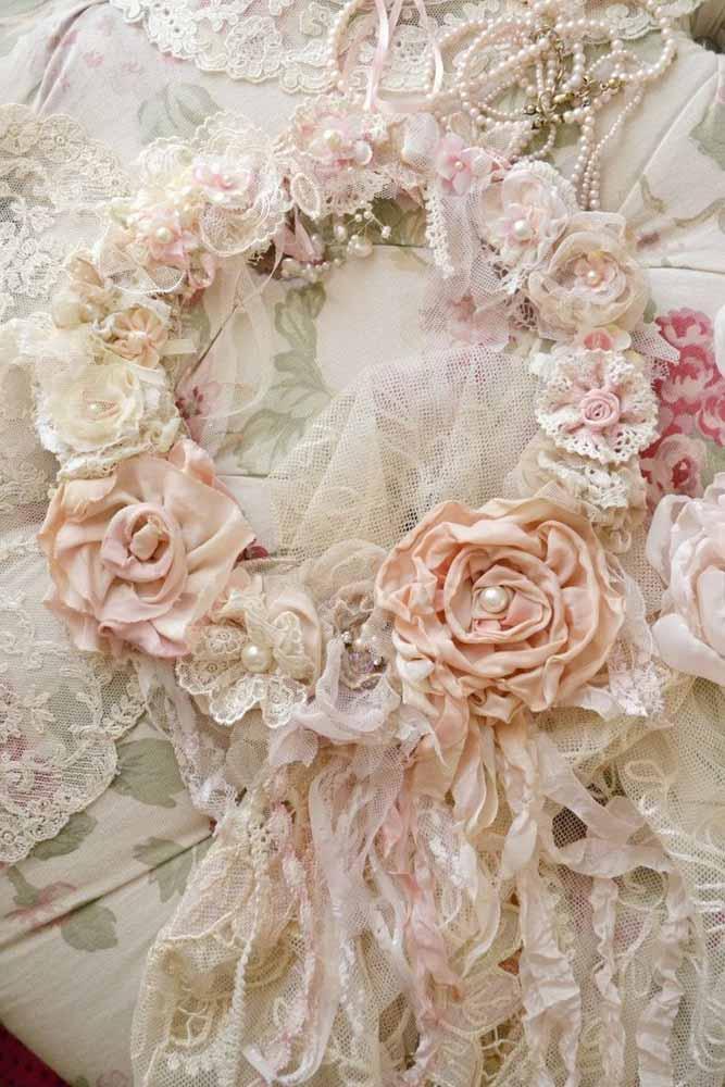 Uma coroa de flores de tecido: use cores claras para criar flores em diversos tamanhos e estilos para esta linda coroa