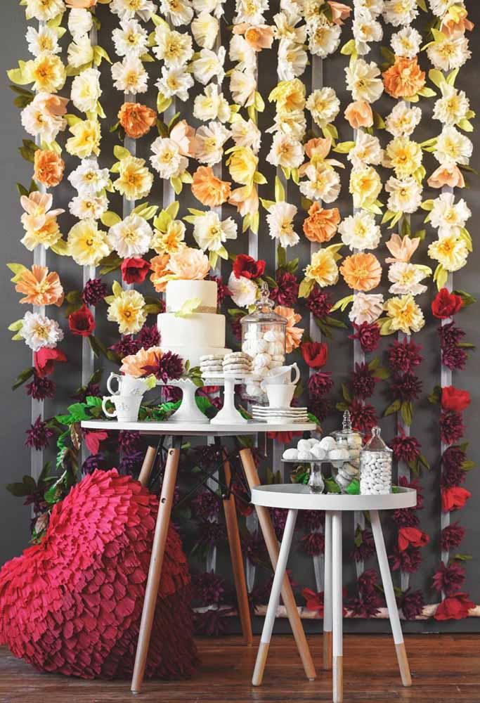 Painel com flores de papel: Ótimo para festas, tem um bom custo – benefício sem deixar de ser sofisticado e elegante