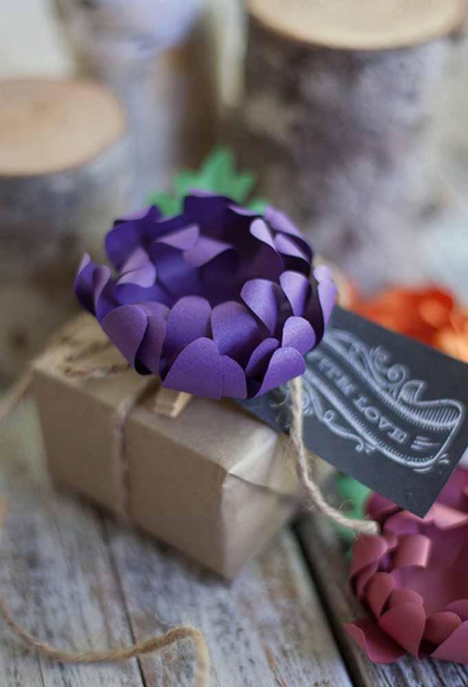 Decoração com flores de papel: Sugestivo para dar um toque especial em presentes.