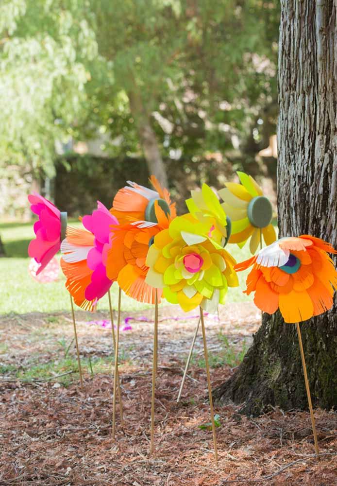 Flores de papel para enfeitar os jardins: Também pode ser usado para os jardins na decoração de casamento. Super fácil de fazer, só basta ter palito, tesoura, papel e sua criatividade.