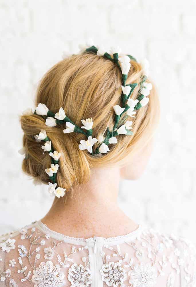 Para enfeitar penteados de noivas, ótima sugestão pois não murchará pela falta de água.