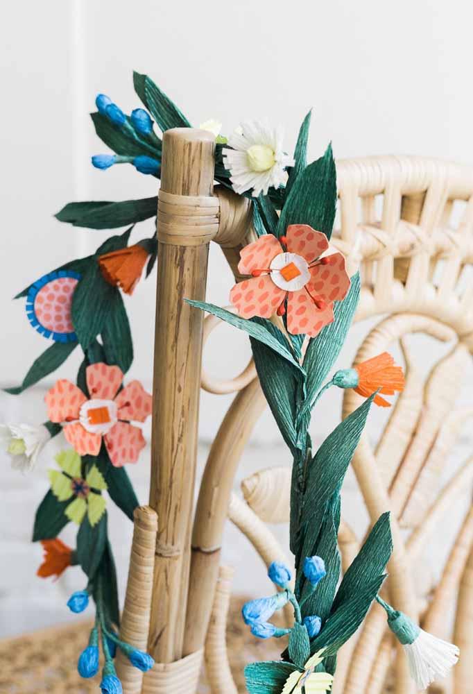 Detalhe para cadeira: Flor de papel trazendo um ar de suavidade para o local