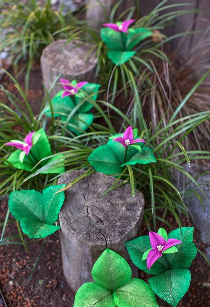 Para o Jardim, ao ar livre a ideia de decorá-lo com flores de papel também fica muito bonito