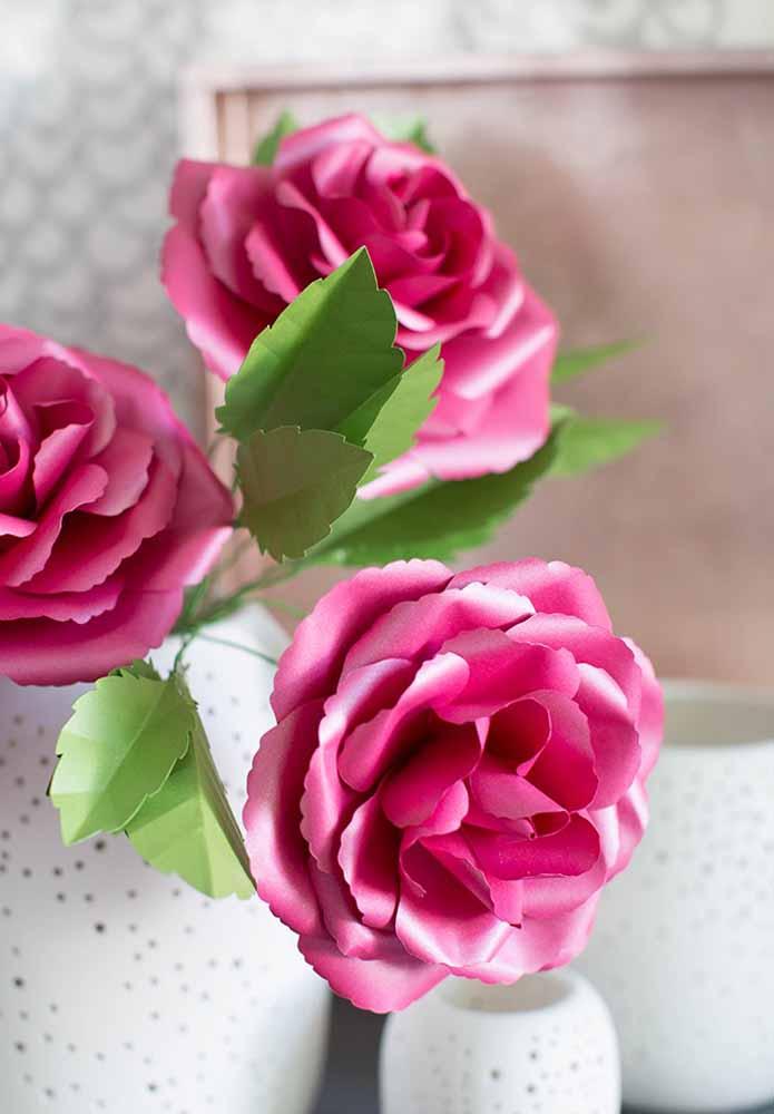 Flores de papel: Rosas, para dar um toque a mais de realismo à sua flor, deixá-la ao degradê sendo a cor mais escura no centro e mais clara nas bordas.
