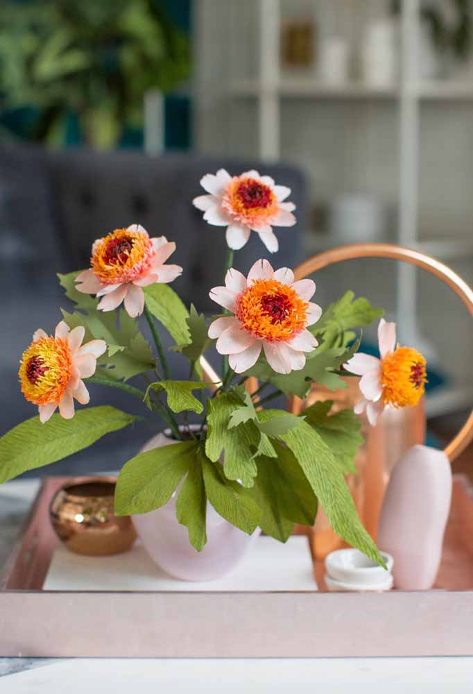 Flores de papel para enfeitar e harmonizar sala de estar