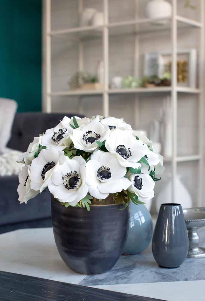 Além de escolher a flor a ser feita com papel, é importante a escolha do vaso para dar um toque de sofisticação