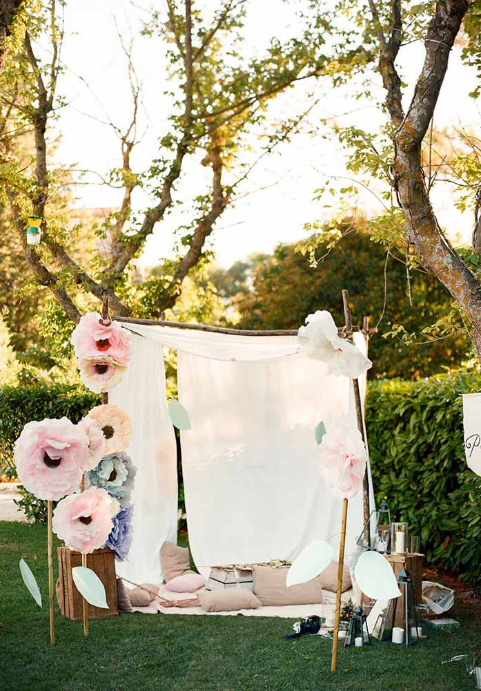 Painel com flores de papel e flores de papel gigante: ótimo para decoração de casamento ou simplesmente deixar o jardim bem aconchegante