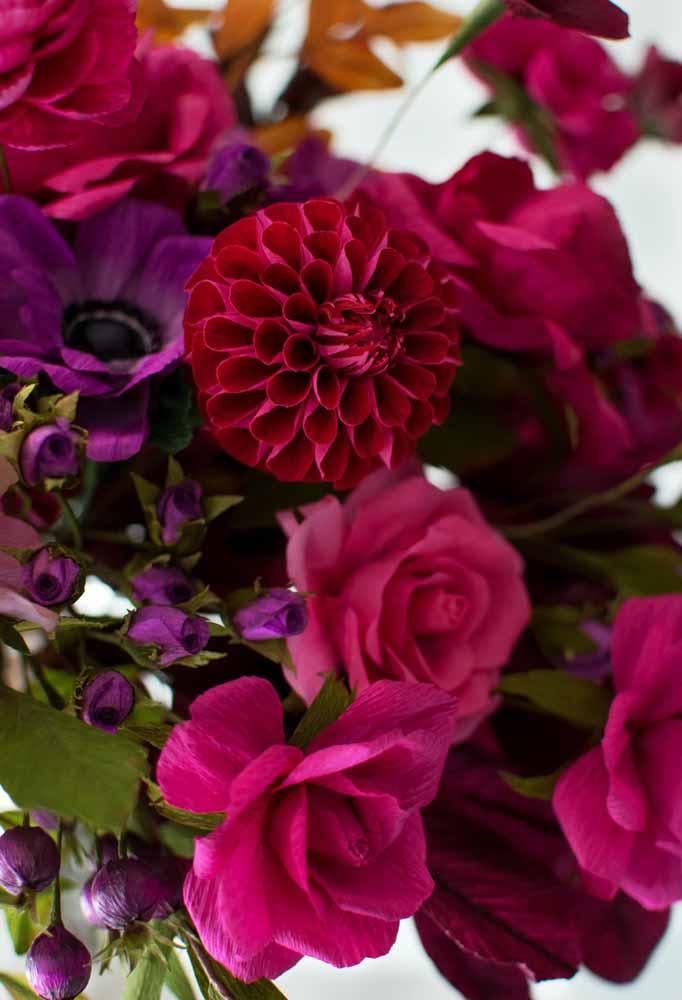 Flores de papel com cores marcantes e requintado