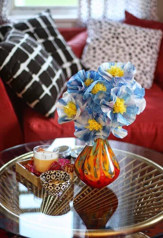 Para uma mesa de centro ficar ainda mais graciosa, flores de papel em um belo vaso colorido