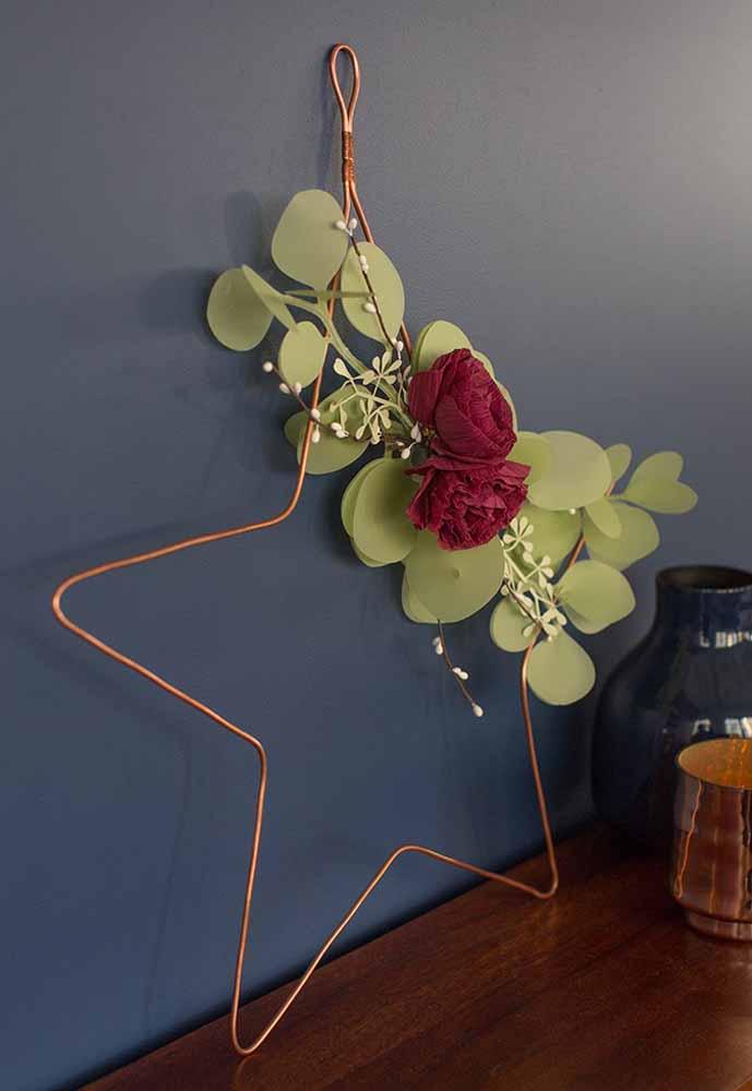 Para decoração de estante essa rosa de papel crepom e folhas de sulfite dão um clima mais leve ao ambiente