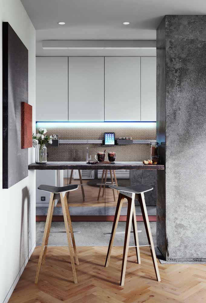 Cozinha americana pequena com cimento queimado, pastilhas e a modernidade dos armários longos com luz de led