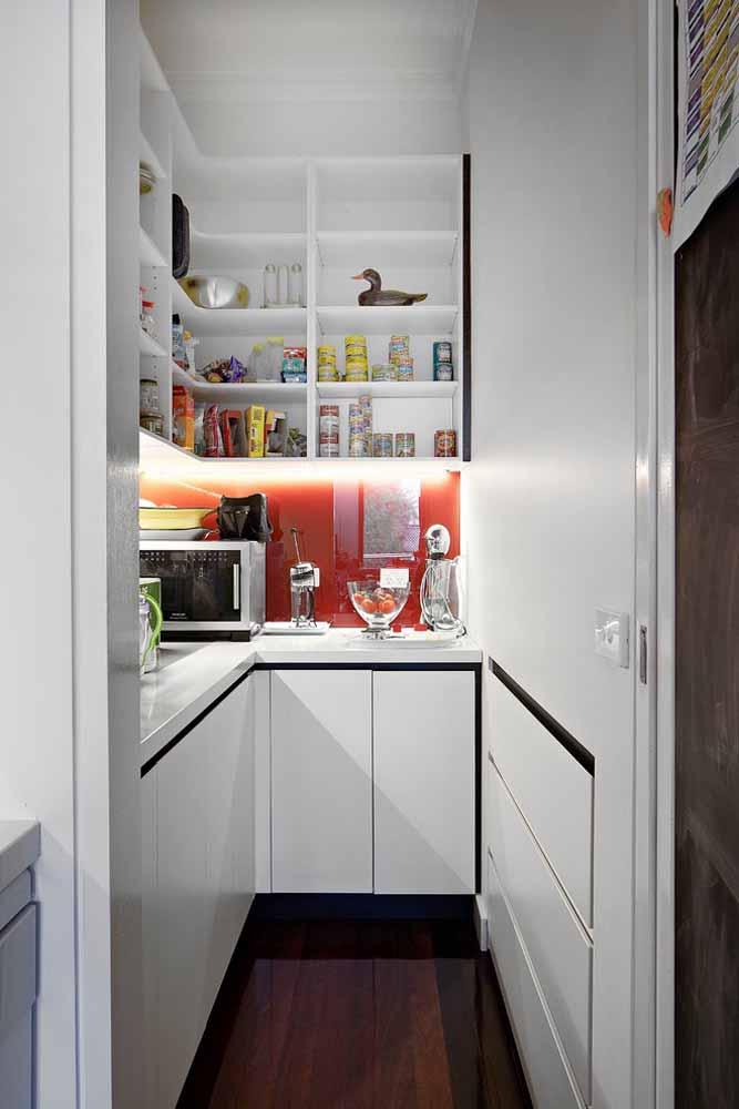 Crie um espaço organizado para a dispensa e utensílios da sua cozinha, essa dica vai trazer mais organização para sua casa, principalmente para quem tem integração da cozinha com outros ambientes.