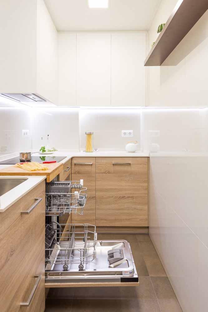 Esse modelo de cozinha planejada pequena foi pensando para utilizar todos os espaços à favor da organização.