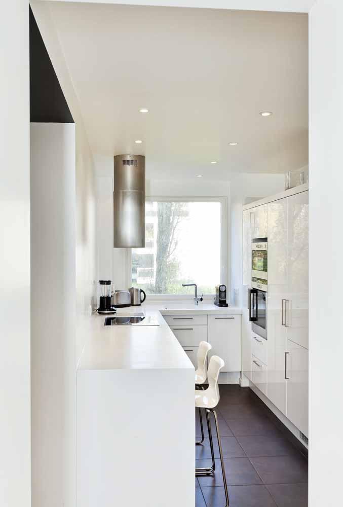 Modelo de cozinha pequena de corredor: Aproveite a luz natural e invista no branco para realçar a luminosidade do ambiente