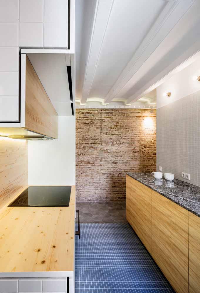 Para cozinhas pequenas, esse modelo bem organizado traz um planejamento para melhor aproveitamento de espaços e paredes