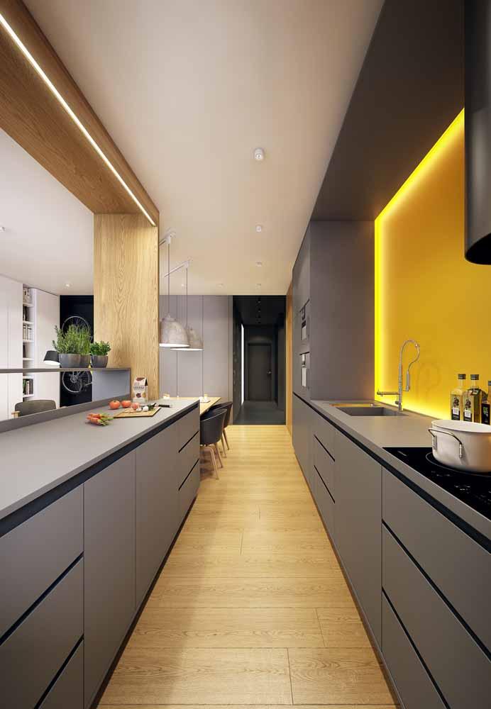 Cozinha de corredor sofisticada: Aproveite a decoração do ambiente da sua casa para compor a decoração da sua cozinha.