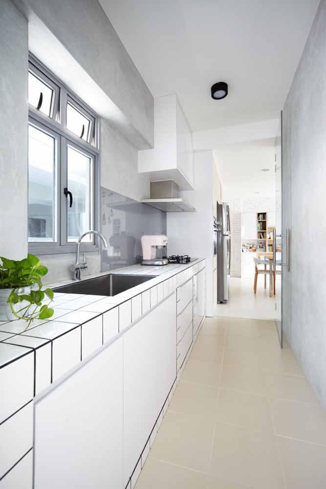 Modelo de cozinha de corredor em linha, utilize somente uma parede para colocar pia, geladeira e fogão.