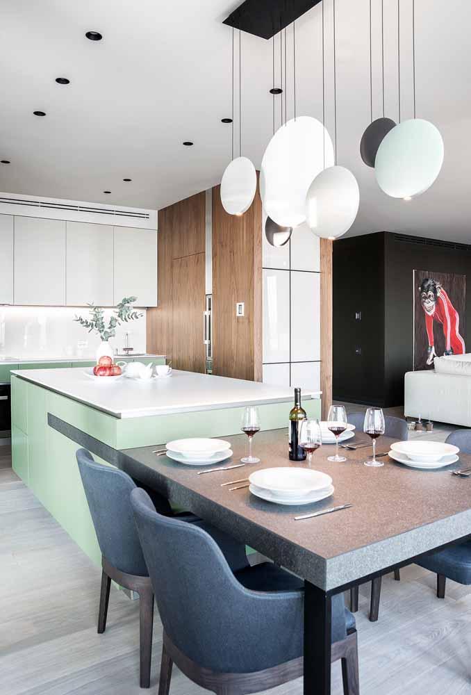 Acople sua mesa à ilha e faça da sua cozinha uma extensão da sala de jantar