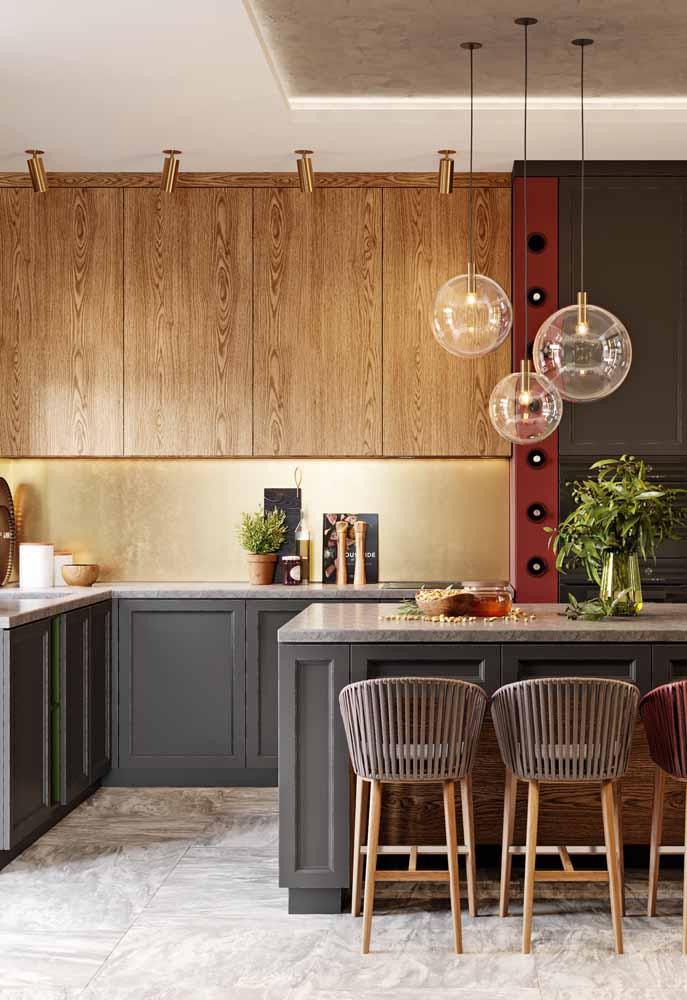 O charme da madeira e dos tons terrosos para a decoração de cozinha. Invista em spotlights e pendentes e luz natural para não deixar o ambiente escuro.