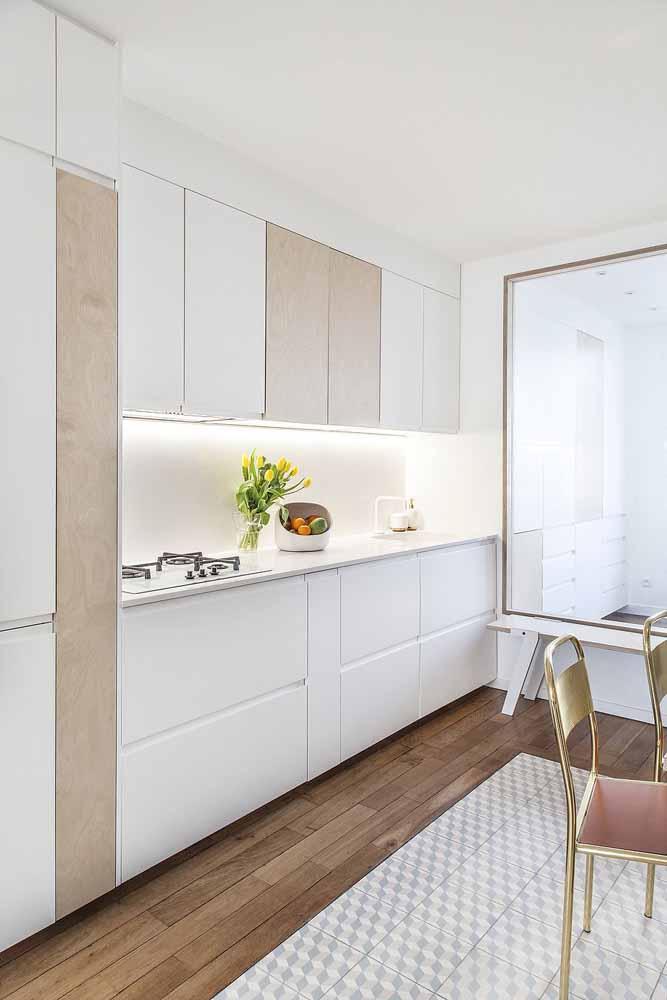 Modelo de cozinha em simples: o modelo em linha é ótimo para utilizar bem os espaços e para quem não abre mão de uma mesa para as refeições