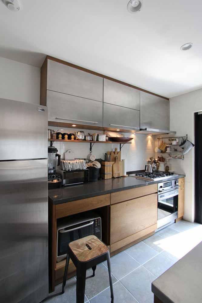 Modelo de cozinha em linha com panelas e utensílios à mostra, uma tendência encantadora