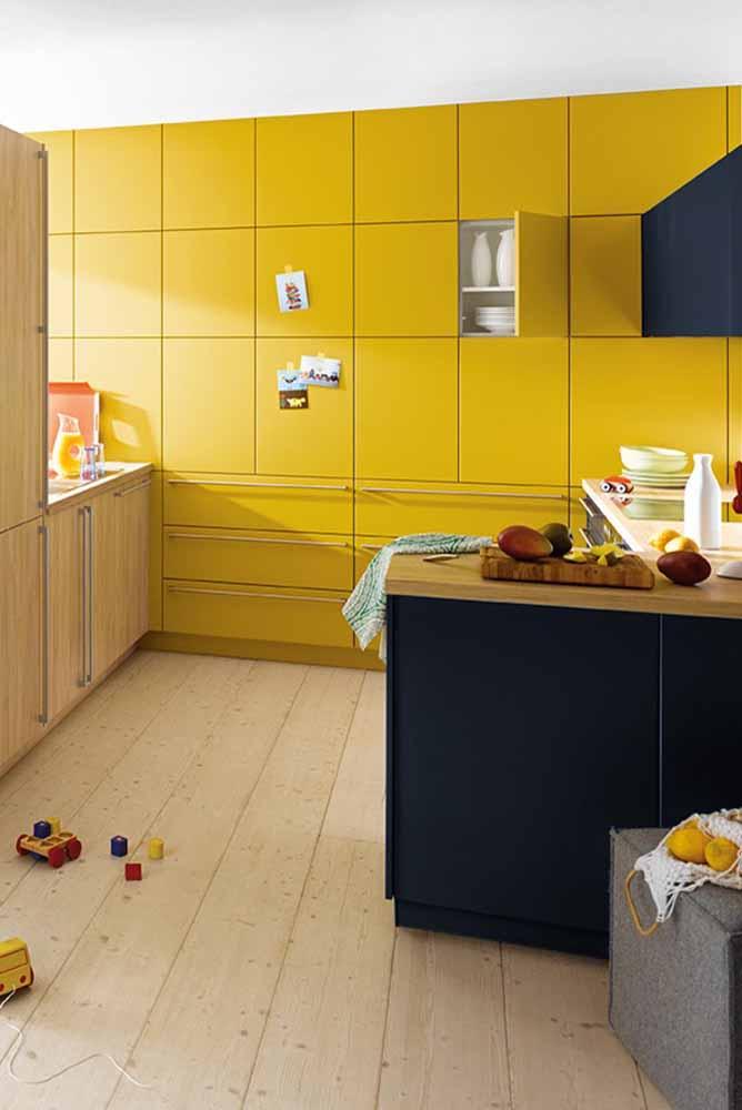 Modelo de cozinha planejada colorida: Use uma parede inteira para armários