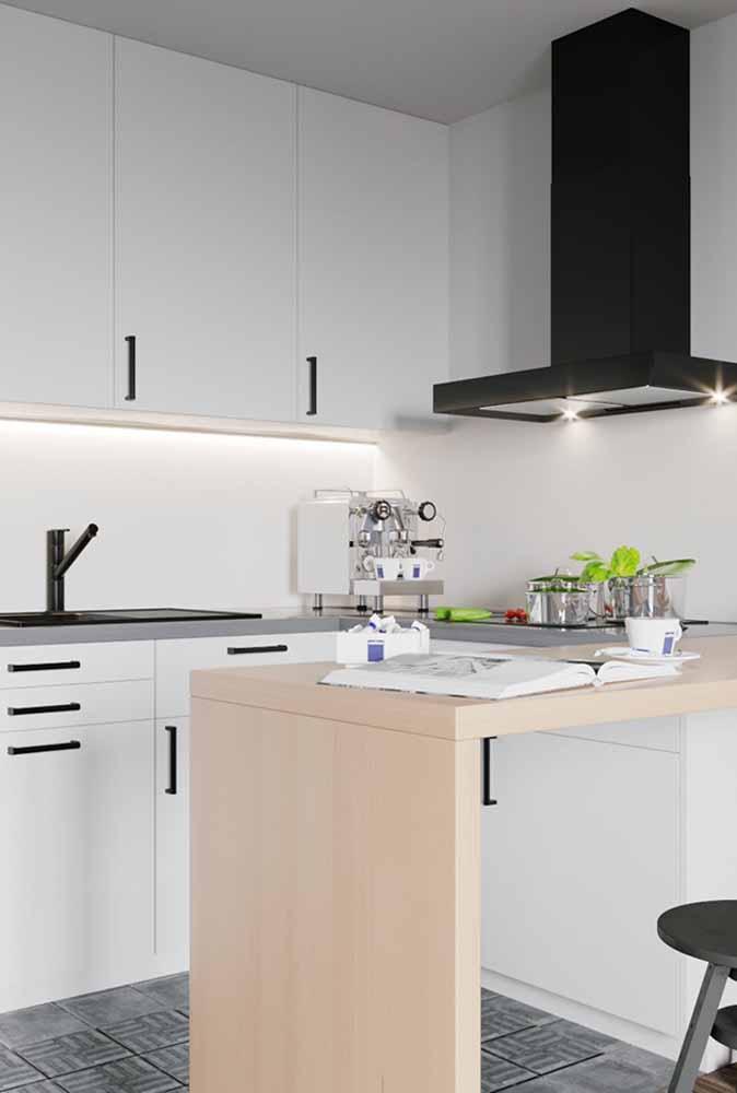 Modelo de cozinha pequena com sofisticação e aproveitamento de espaço