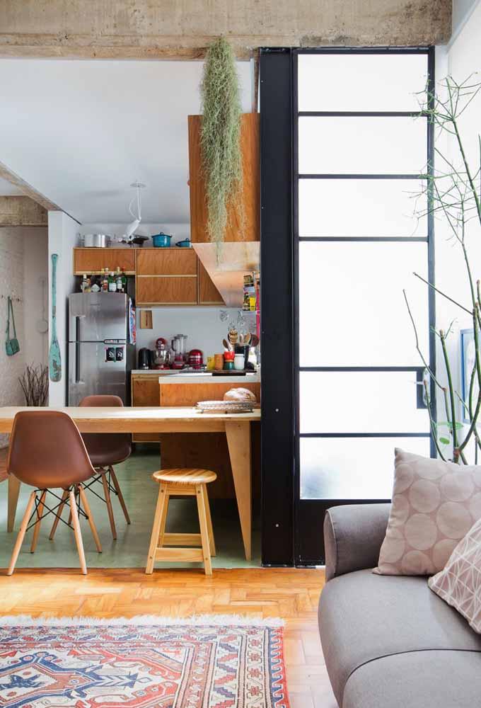 Concreto e madeira: cozinha pequena também é sinônimo de beleza