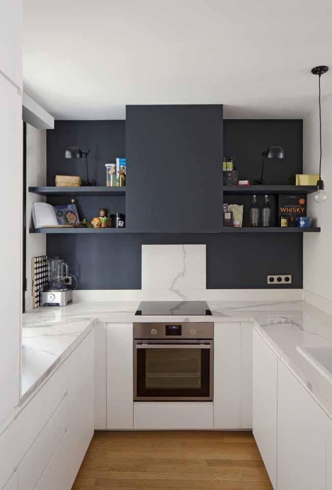 Cozinha em ''U'': Ajuda na acomodação de eletrodoméstico e prateleiras dando um charme para o ambiente