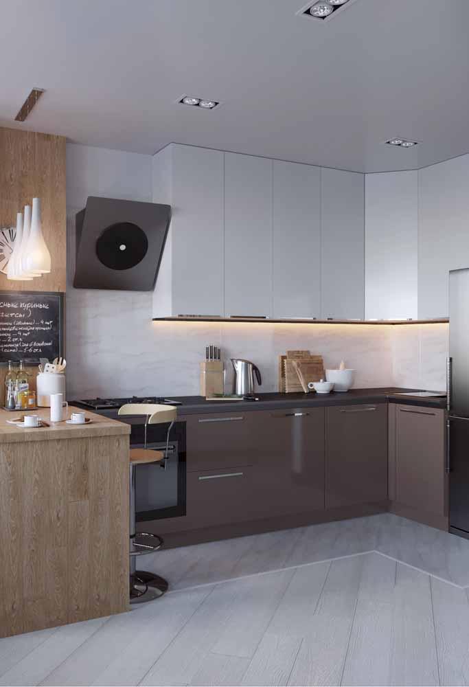 Modelo de cozinha em L : Detalhe de piso levemente elevado para um modelo mais moderno