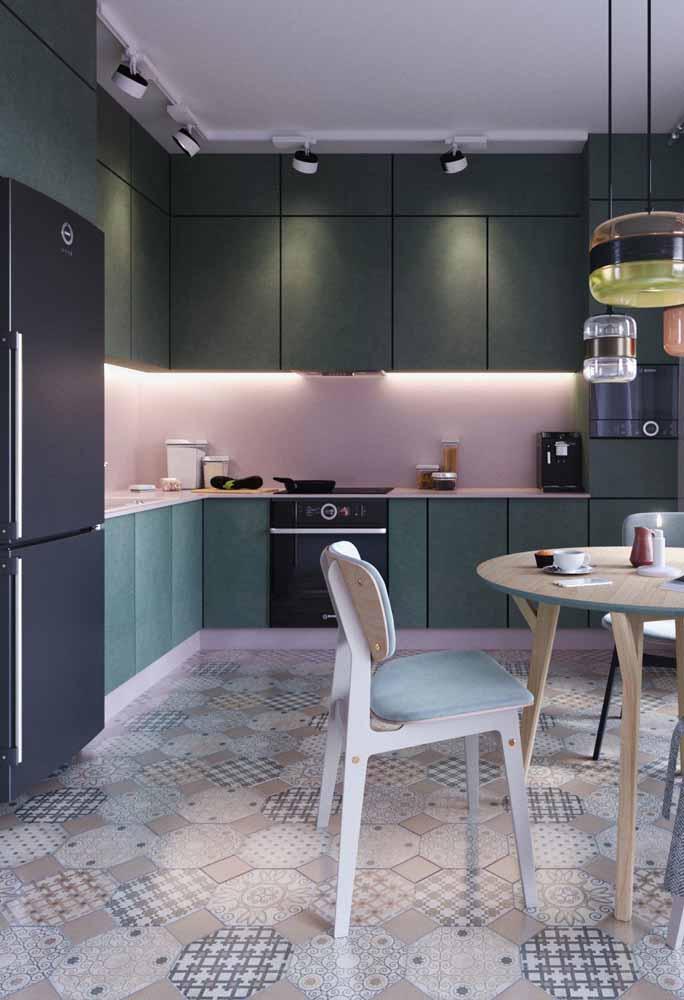 Se a cozinha em L já é perfeita pela amplitude que proporciona ao ambiente imagina com bastante luz! Invista em spotlights para compensar, caso sua decoração ou parte dela seja composta por tons escuros