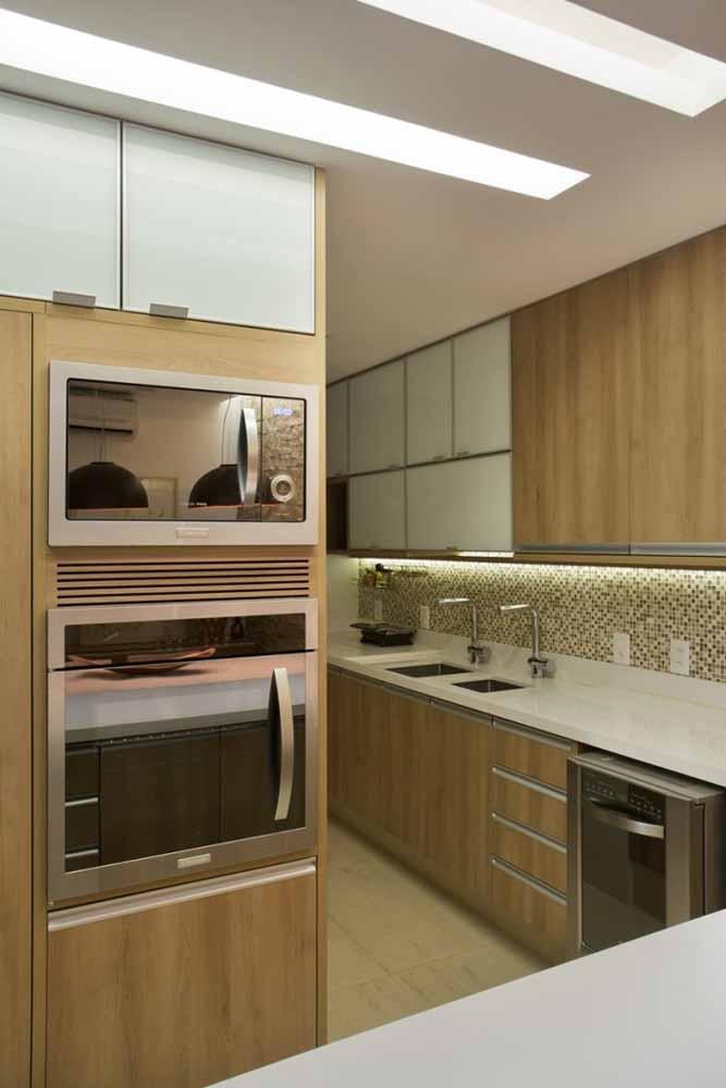 Pia dupla, pastilhas e eletrodomésticos embutidos para um modelo de cozinha em L