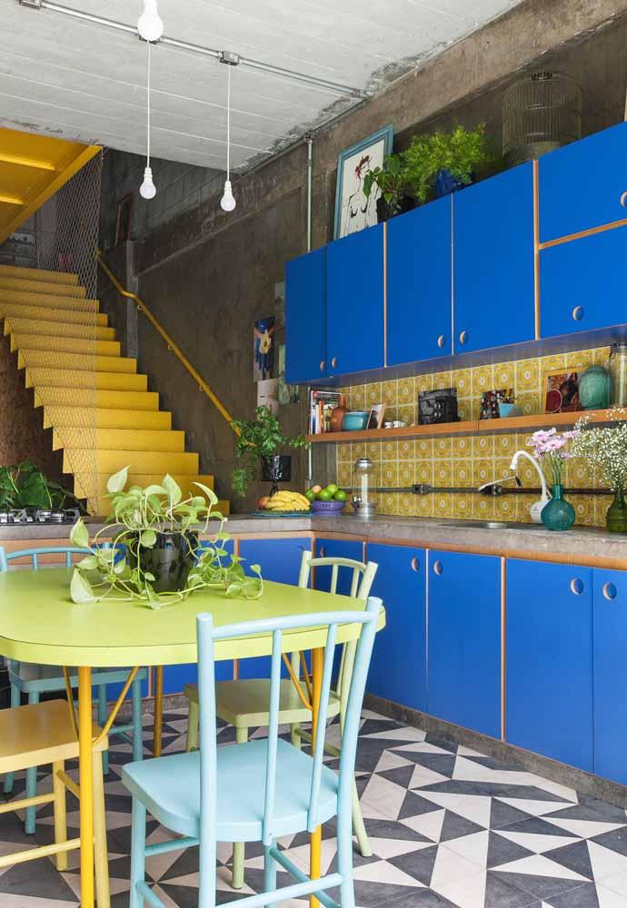 Cozinha com tons alegres com referências dos estilos Urbano e Industrial. Use e abuse da luz natural!