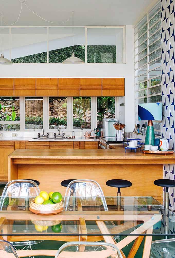 Modelo de cozinha gourmet para espaço amplo: em tons de madeira lajotas coloridas.