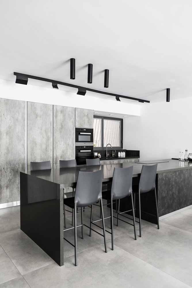 Modelo de cozinha gourmet: Tons cinza e branco com mesa acoplada ao balcão