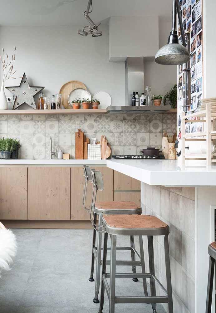 Modelo de cozinha gourmet em tons pastéis com utensílios à mostra e balcão mais afastado