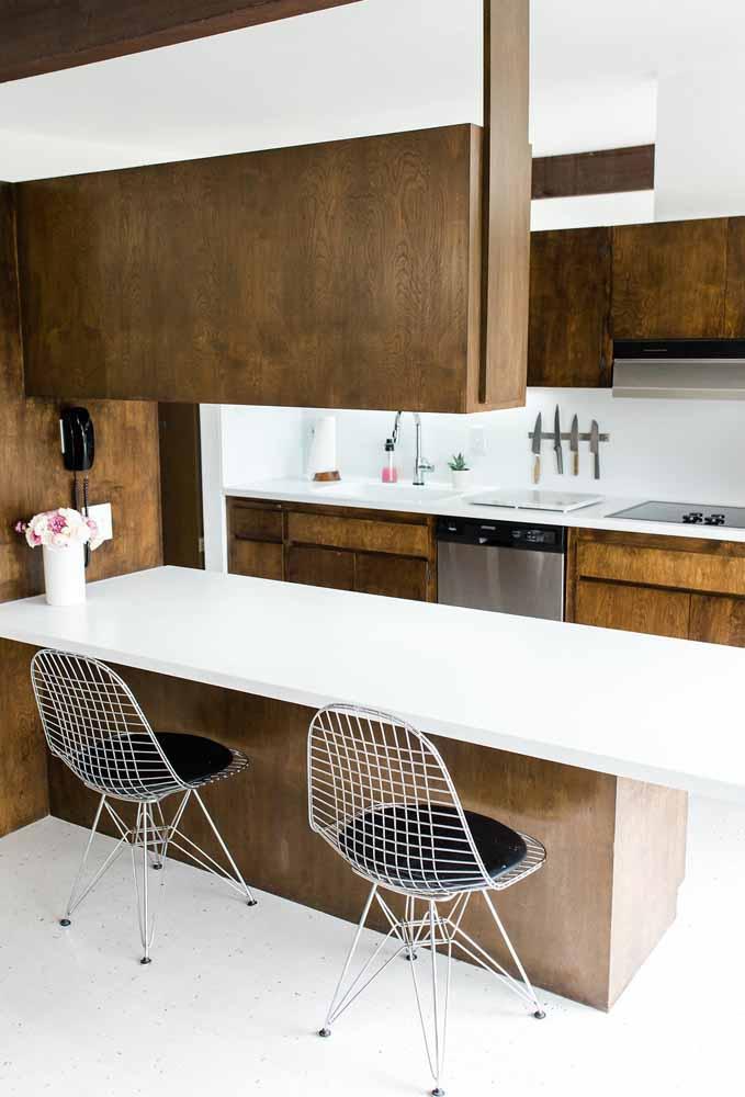 Modelo de cozinha gourmet com ilha para ambiente pequeno: a madeira é protagonista e traz a elegância necessária para esse modelo de cozinha.